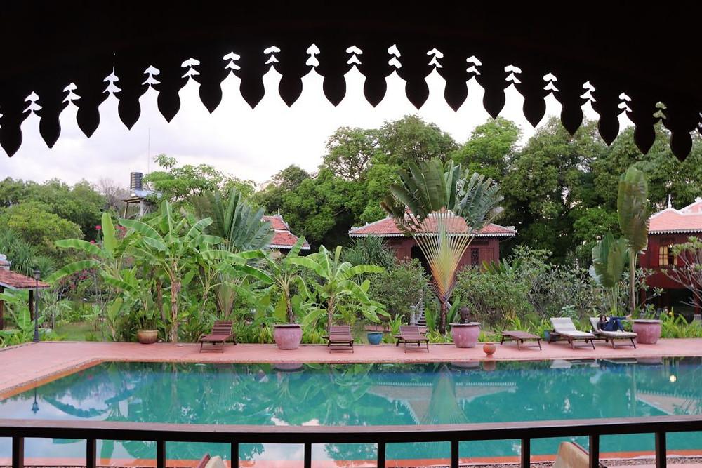 Le village cambodgien autour de la piscine, à Rajabori