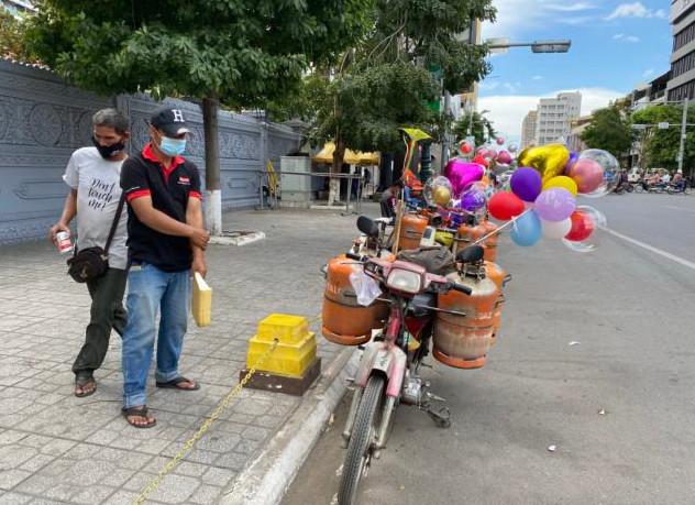 le vendeur de ballons Soeung Tha