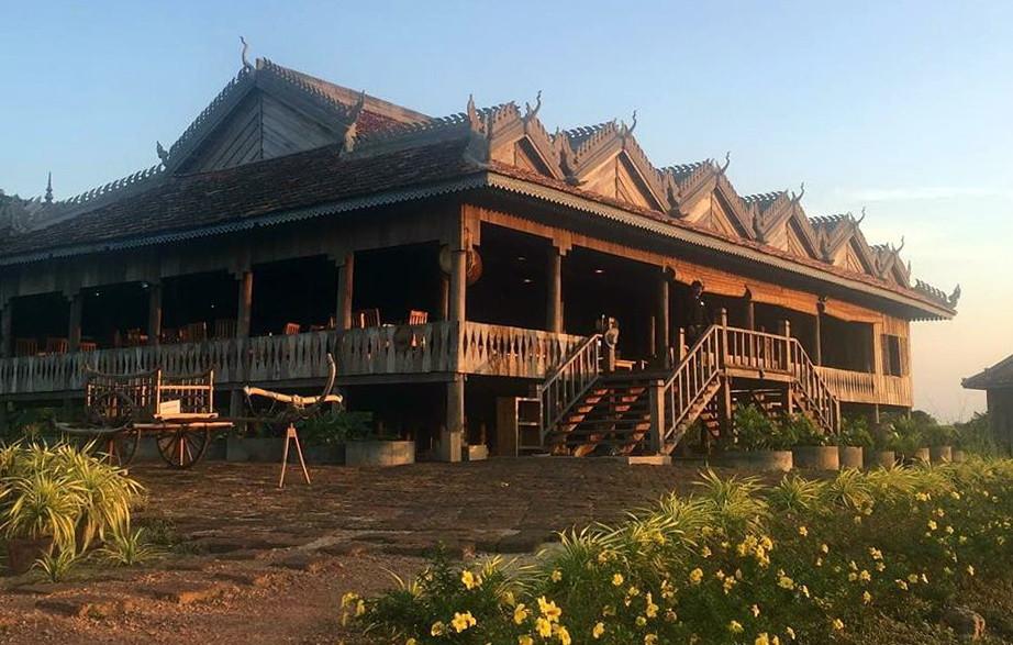 La Plantation est ouverte tous les jours de 9h à 18h pour des visites guidées gratuites (en Khmer, anglais ou français). Nous sommes très fiers de notre restaurant-boutique : un ancien réfectoire Des Moines dans une pagode qui a été démonté et remonté à La Plantation. Vous êtes les bienvenus pour visiter et profiter d'une vue exceptionnelle !