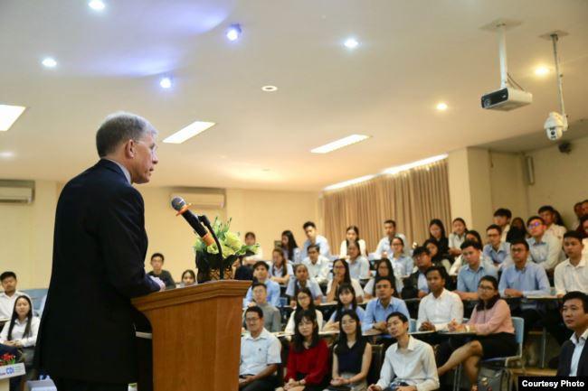 W.Patrick Murphy parle des relations entre les États-Unis et l'ASEAN devant des étudiants de l'Université royale de Phnom Penh