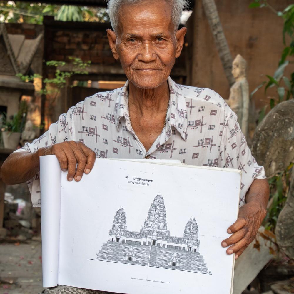 Durant les 3 ans, 8 mois et 20 jours que durera le règne des Khmers rouges, Dy Proeung parviendra miraculeusement à dissimuler sa véritable identité