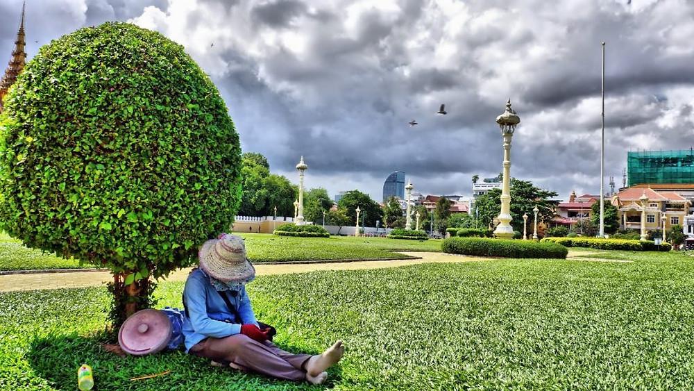 Sur les pelouses du Palais Royal, à l'heure de la sieste