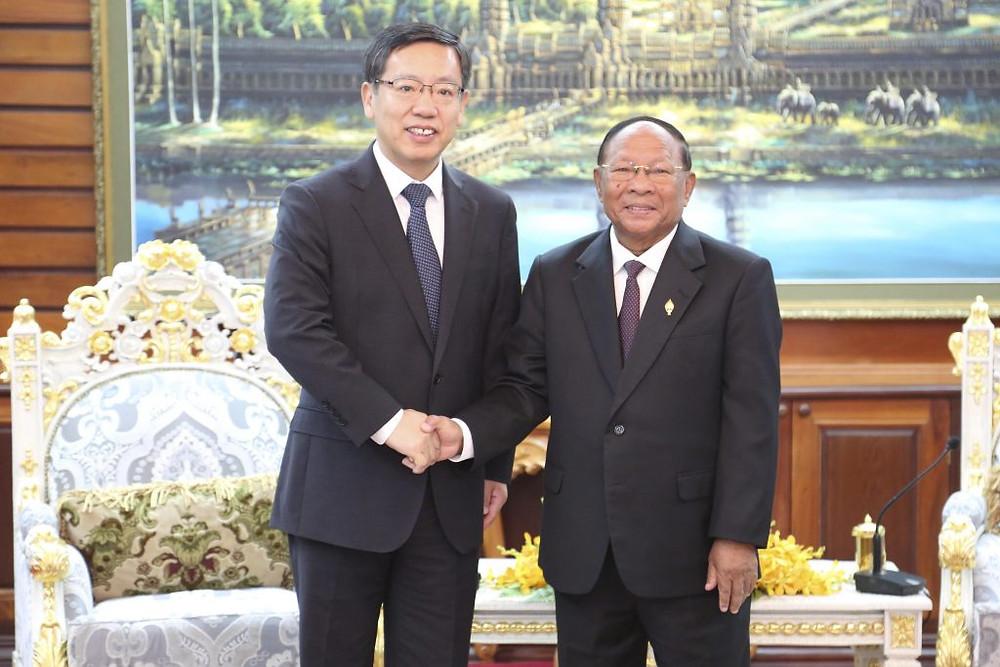Le nouvel ambassadeur de Chine au Cambodge, Wang Wentian en présence du président de l'Assemblée nationale cambodgienne, Heng Samrin
