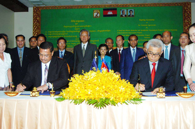 L'accord a été signé entre le ministre de l'Économie et des Finances, Aun Pornmoniroth, et Samiuela Tukuafu, directeur pays de la mission résidente au Cambodge de la La Banque asiatique de développement