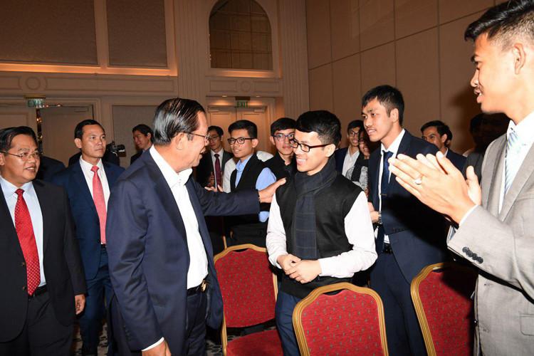 En marge de la visite officielle, le Premier ministre a rencontré des étudiants cambodgiens qui étudient en Turquie.