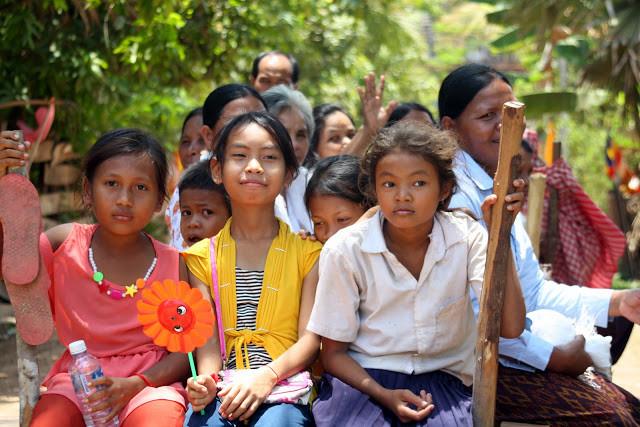 Clichés pris à la pagode Wat Kraya, province de Kompong Thom. Cambodge. Une série qui confirme une fois et encore la bonne humeur khmère, et la beauté des sourires cambodgiens.