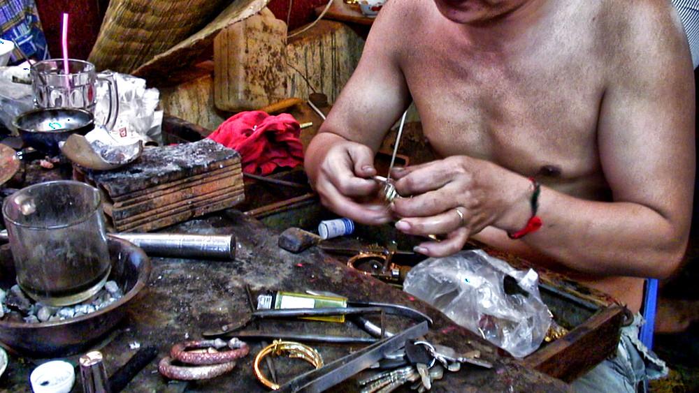 Artisan-bijoutier dans le Ratanakiri