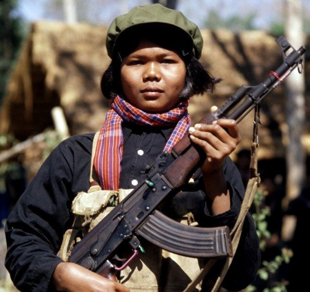 Une combattante khmère rouge porte un fusil d'assaut AK-47