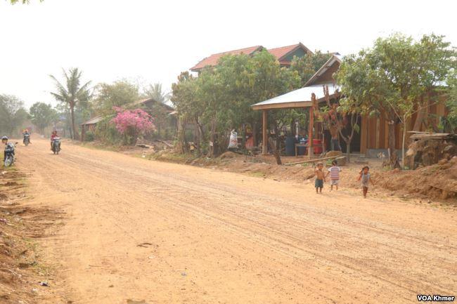 Un chemin de terre dans le district d'Anlong Veng, le dernier bastion des Khmers rouges