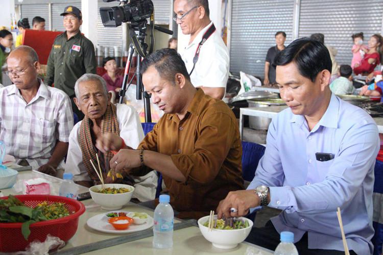 Le gouverneur de la province de Siem Reap, Tea Seiha (droite, photo 1), mange ce matin du Num Banchok