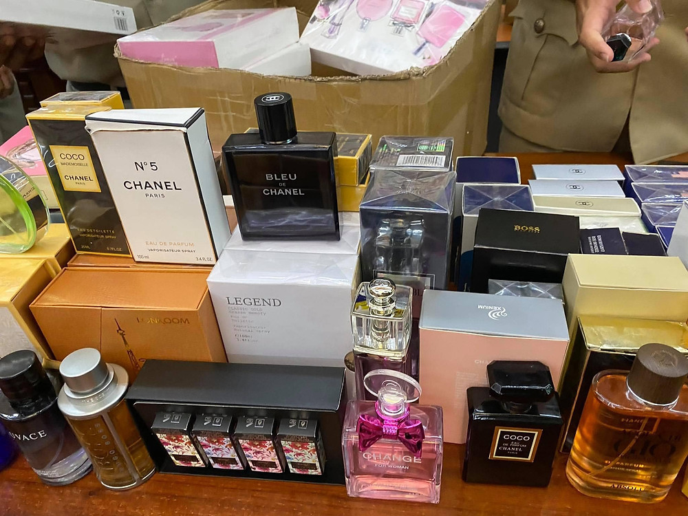 Faux parfums de marque. Photographie CCCC