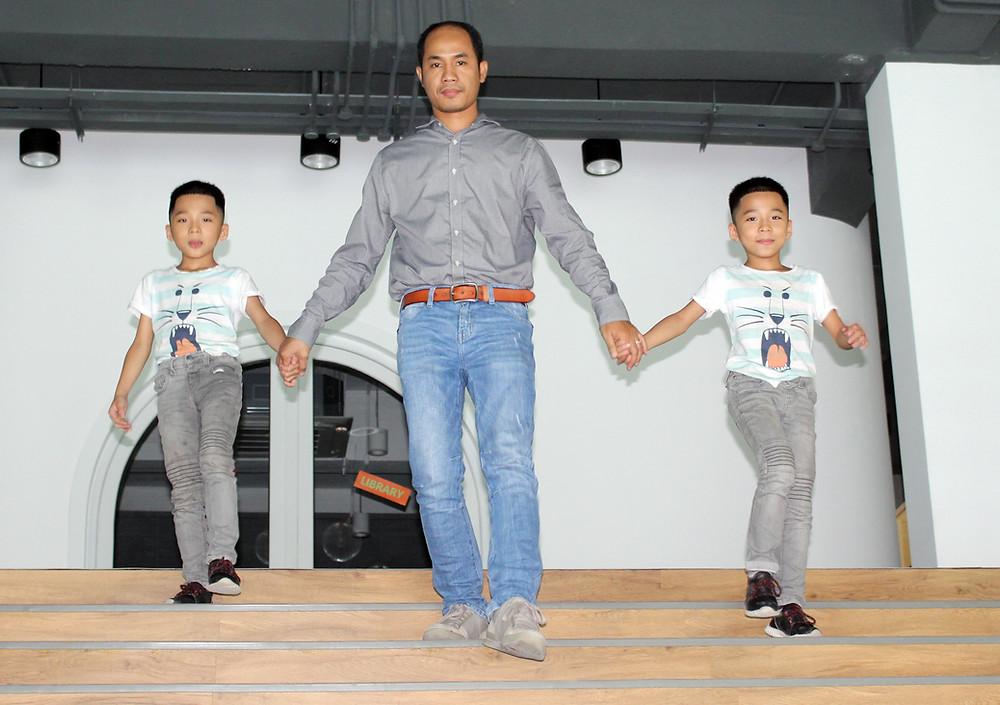 M. Akphirak Dyphan et ses enfants heureux d'avoir obtenu une bourse à l'Invictus International School