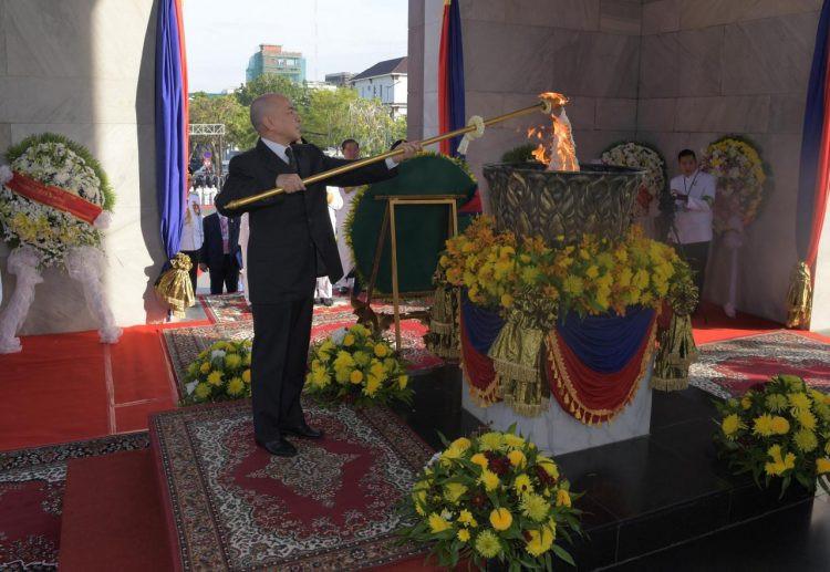 Le monarque a allumé la flamme de la victoire au Monument de l'Indépendance