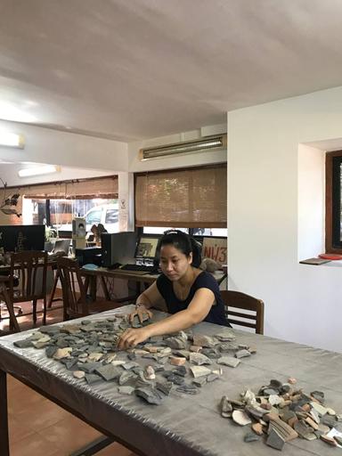 Kannitha Lim, spécialiste de la céramique khmère, dans son bureau de l'EFEO