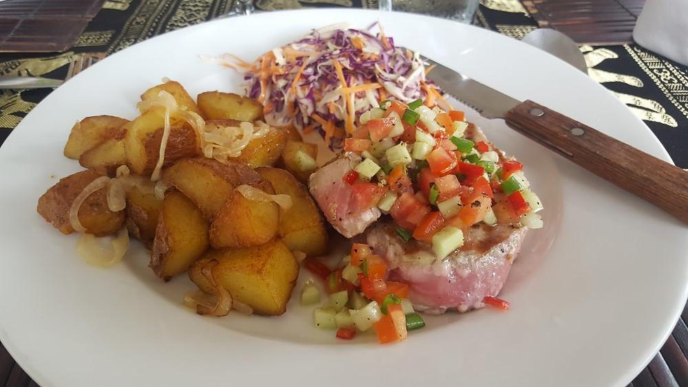 Thon, pommes de terre sautées et accompagnement de légumes