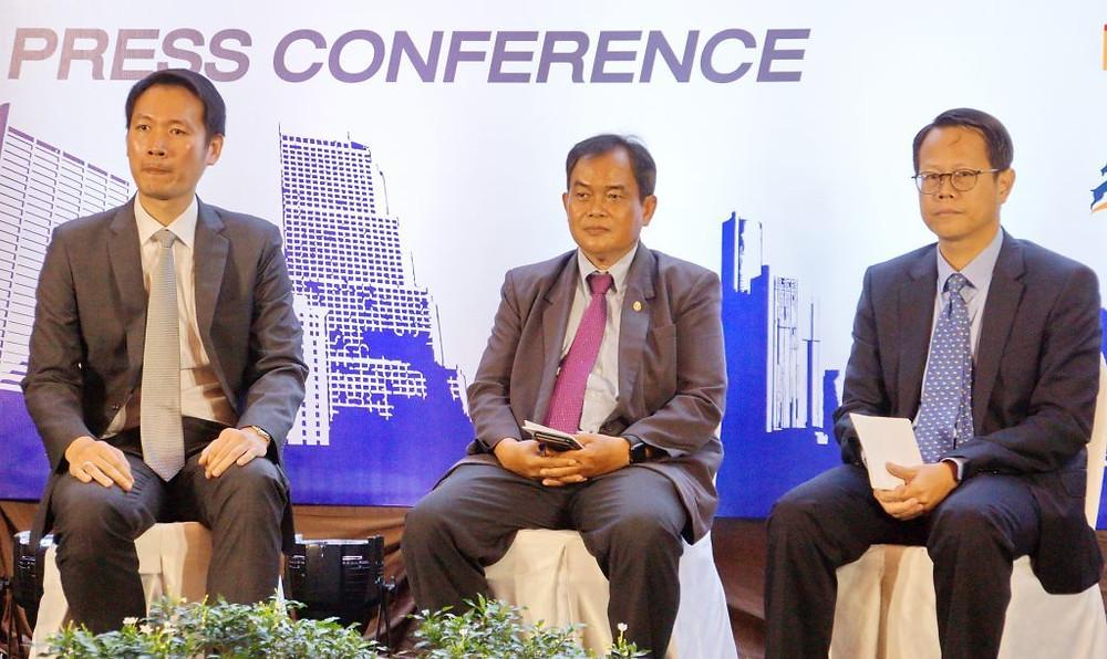 De gauche à droite, Chinaki Viphavakit, Directeur général d'ICVeX Co.;Ltd. ; Son Excellence Phuong Sophean, Secrétaire d'état au Ministère des terres, de l'aménagement urbain et de la construction ; et Sin Sochiet, Président de la Cambodian Society of Architects.