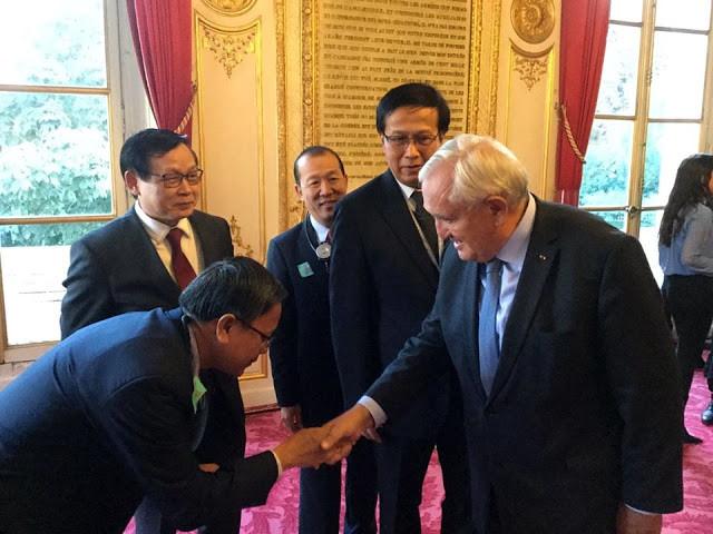 Jean-Pierre Raffarin salue la délégation cambodgienne du Ministère du Commerce. Photographie MoC