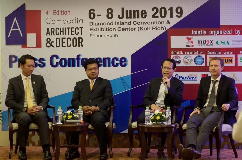 De gauche à droite : Chinakit Viphavakit, Général Manager de ICveX,  Mr Jirawuth Suwanna-arj, conseiller au bureau des affaires économiques de l'Ambassade Thaïlande, Mr. Mr. Sin Sochiet, Président de la Société des Architectes du Cambodge, Svein Johan Falnaes Stub, General Manager de Jotun Cambodia Ltd