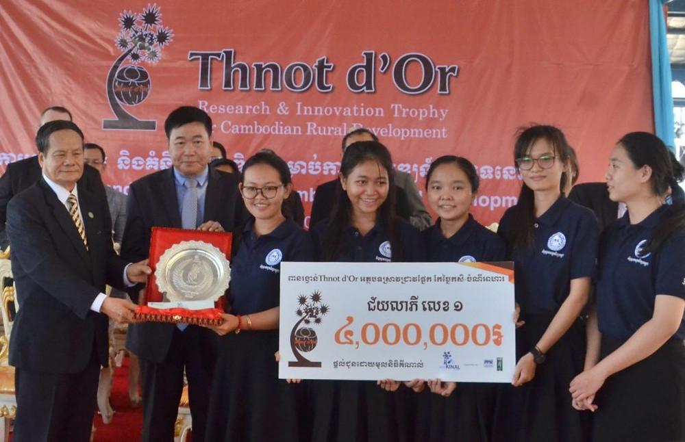 Remise du premier prix des Thnot d'Or 2019 par le secrétaire d'État Nao Thuok (extrême gauche) et le Dr. Hay (deuxième à partir de la gauche)