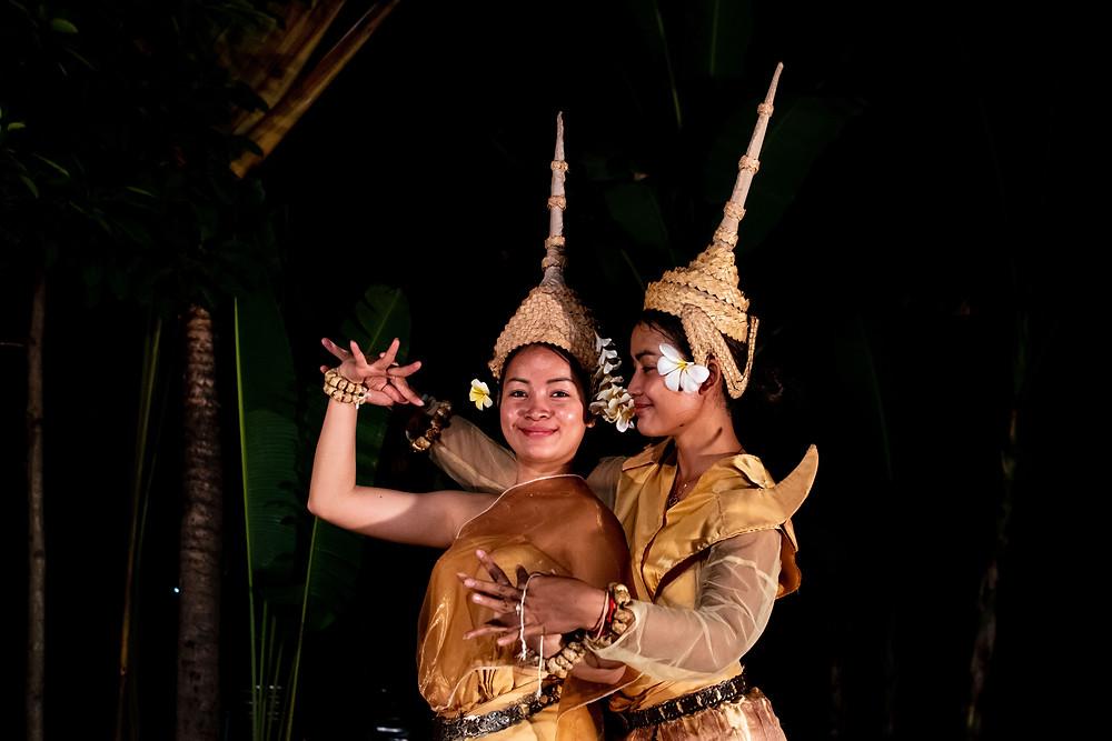 Sen Manin et Srey Ninn, anciennement membres de la troupe, se joignent aux représentations dès que leurs emplois du temps le permettent