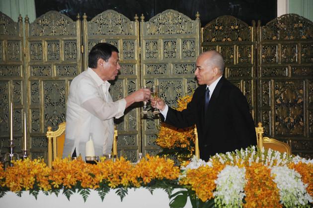 Le Président Duterte et le roi Sihamoni lors du dernier banquet offert par le monarque. Photographie AKP