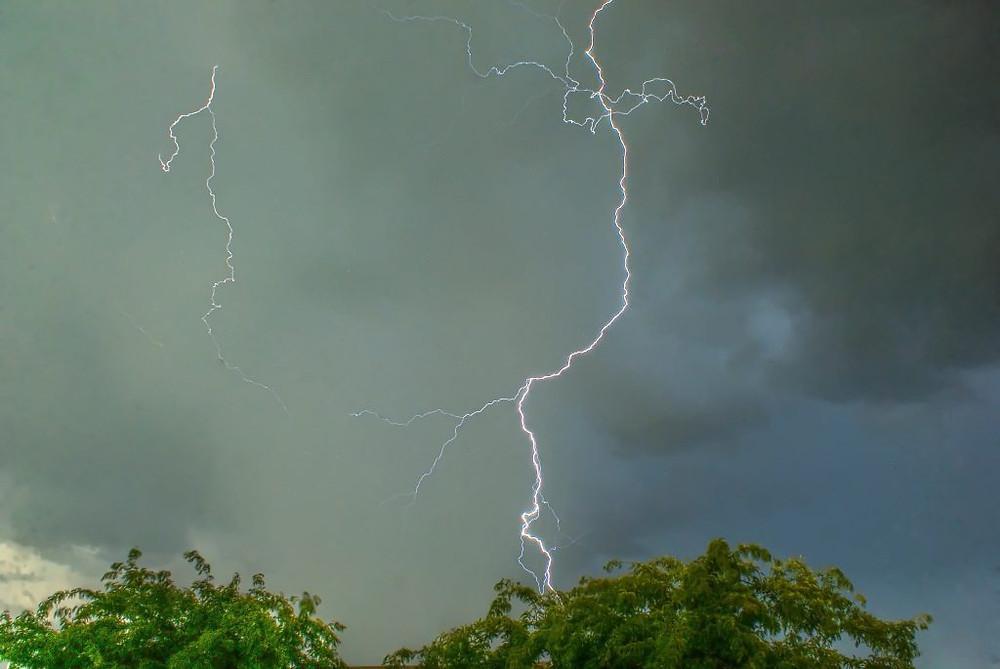 Foudre et tempêtes tuent 75 personnes