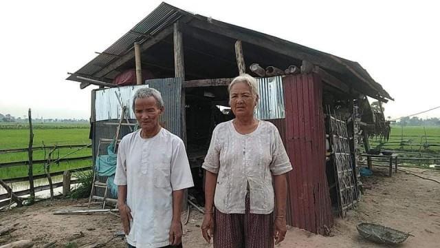Pak Chapech et son épouse devant leur maison dans la province de Svay Rieng. Photo fournie.