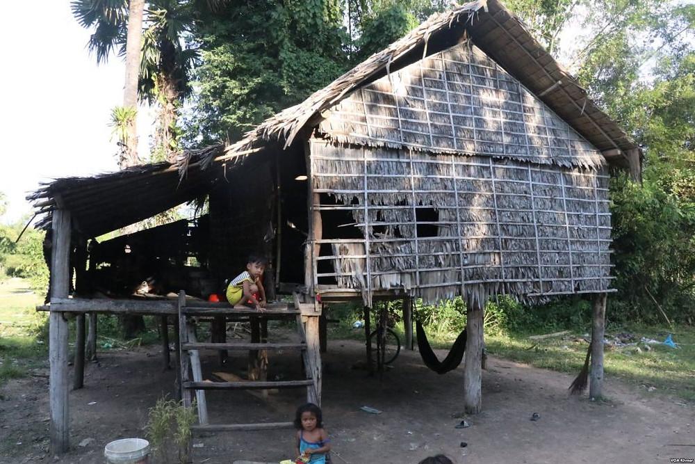 La hutte dans le village de Thmey, dans la province de Kampong Chhnang