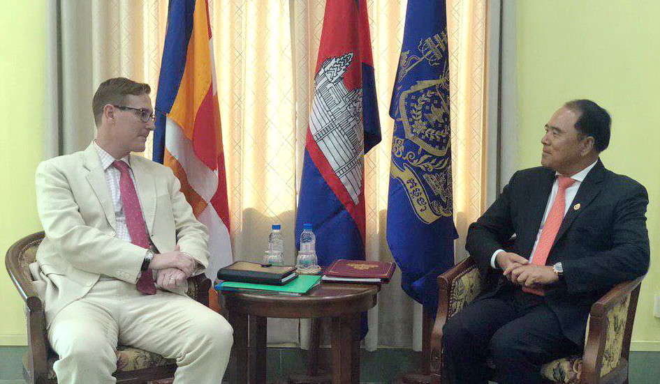M.Newbill a fait cette déclaration lors d'une réunion avec le premier vice-président de l'Autorité cambodgienne pour le déminage et l'assistance aux victimes, S.E. Ly Thuch.