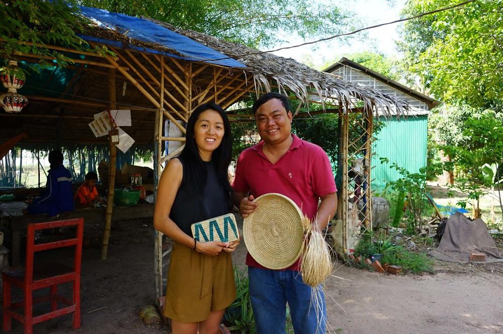 Ka-Lai et Baraing tenant l'une des créations de MANAVA