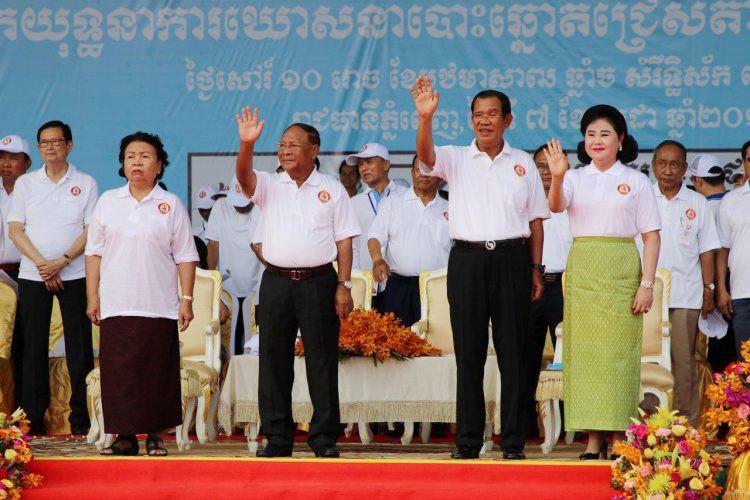 Samdech Akka Moha Ponhea Chakrei Héng Samrin, président de l'Assemblée nationale et président d'honneur du Parti du Peuple Cambodgien (PPC) - avec son épouse, aux côtés du premier ministre et de son épouse