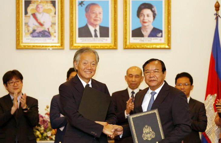 Hidehisa Horinouchi, ambassadeur du Japon au Cambodge et le ministre des Affaires étrangères Prak Sokhonn