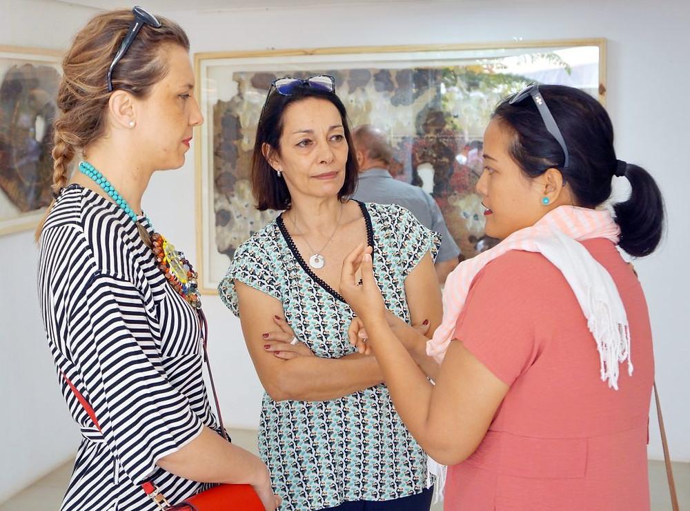Maline Yim, à droite, expliquant son travail à des visiteurs durant l'exposition