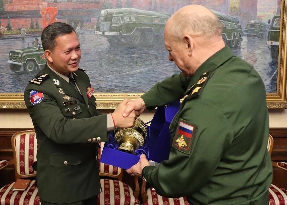.E. Le général Hun Manet, commandant en chef adjoint des Forces armées royales cambodgiennes et le colonel Oleg Leonidovich Salyukov, commandant en chef des forces terrestres russes