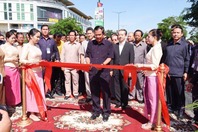 Le Premier ministre Hun Sèn Lors de l'ouverture du chantier de construction d'un autopont et d'un passage souterrain au rond-point de Chom Chao