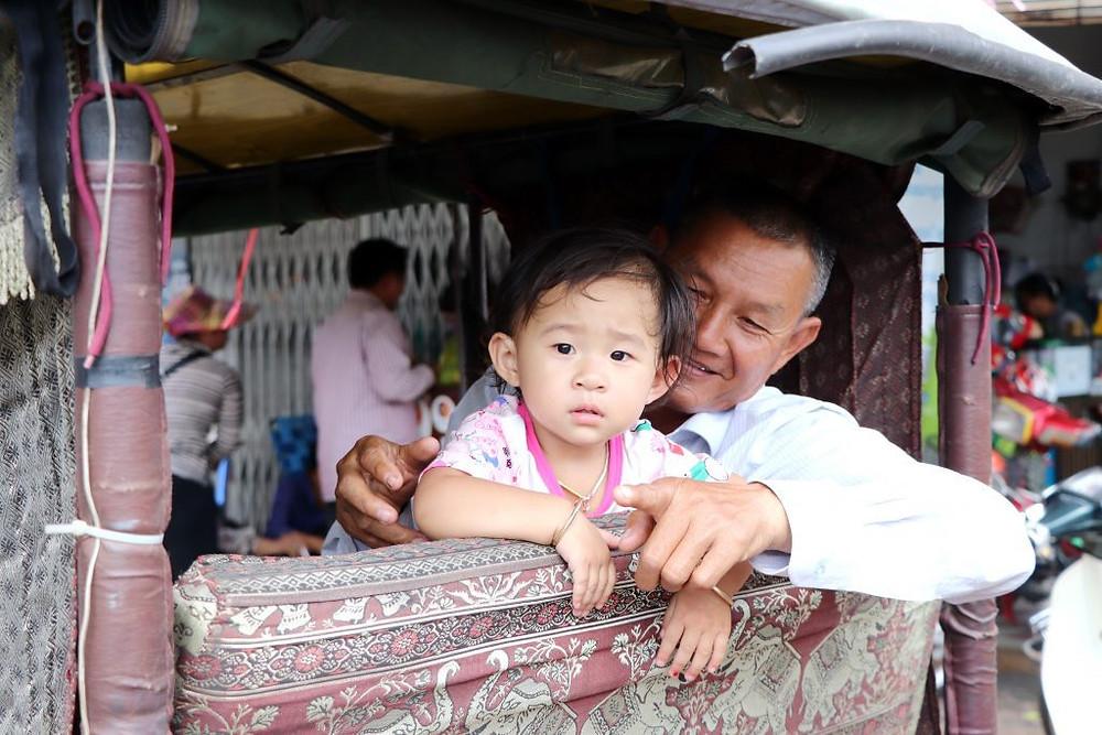 Conducteur de Tuktuk et son héritier...