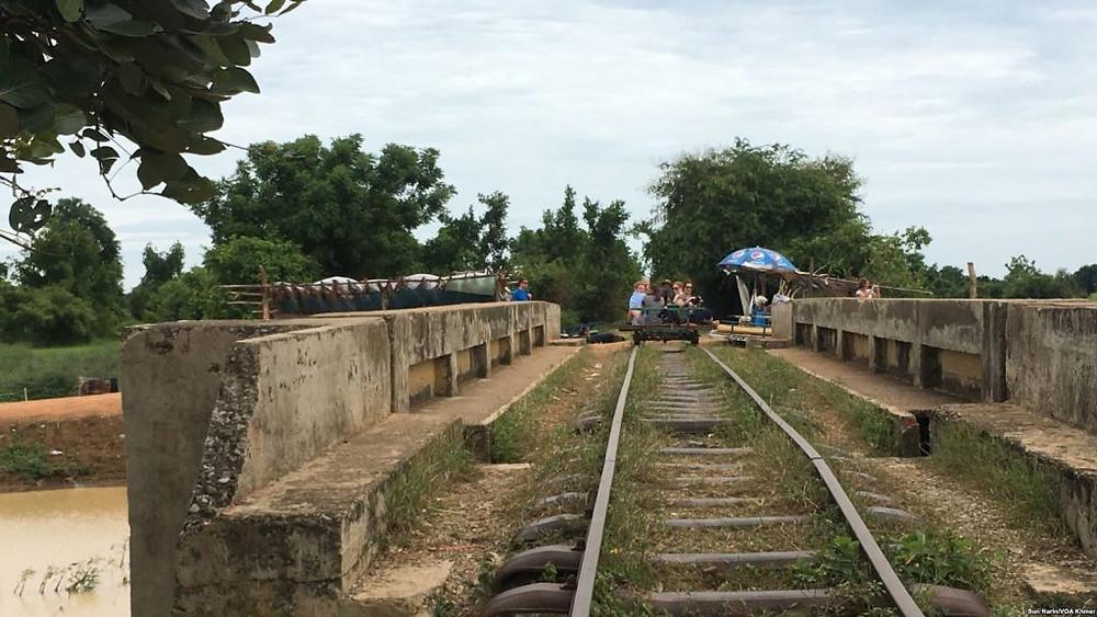 Le train de bambou de Battambang. Photographie parSun Narin