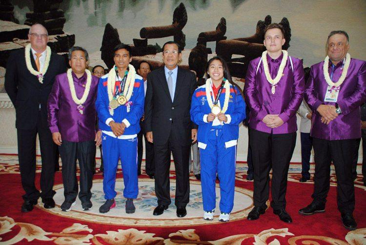 Le Premier ministre reçoit les médaillés cambodgiens
