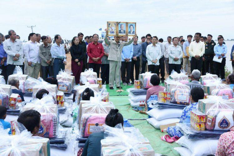 Remise de dons à Po Rieng