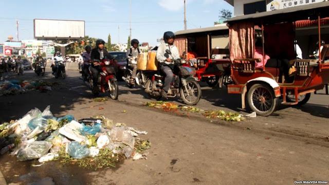 Sacs en plastique jetés le long de la route. Photographie VOA