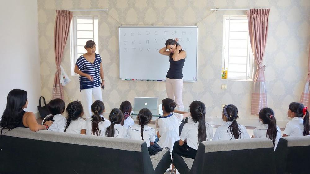 les enfants des bidonvilles de Phnom Penh ont pu apprendre quelques chansons et comptines en français à l'occasion des Fêtes de fin d'année.
