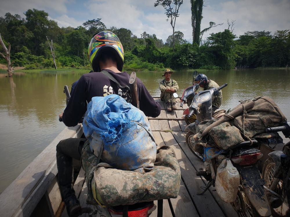 Des rangers patrouillent dans les montagnes des Cardamomes par terre, eau et air