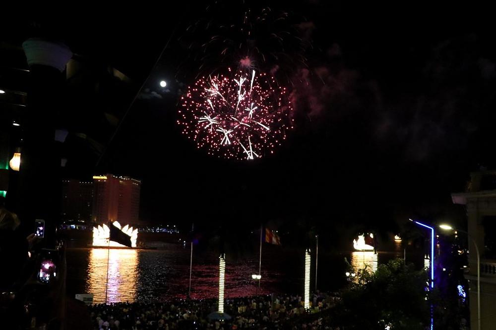 Les feux d'artifices et bateaux illuminés, regardés à travers le prisme des écrans de portable