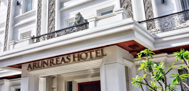 L'entrée de l'hôtel Arunreas