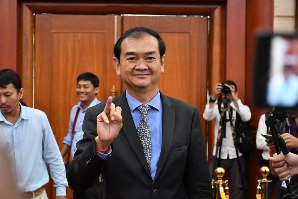 Deux représentants du CNE, dont le porte-parole, Dim Sovanarom, ont trempé leurs doigts dans l'encre pour montrer qu'elle était indélébile et sans risques pour la santé