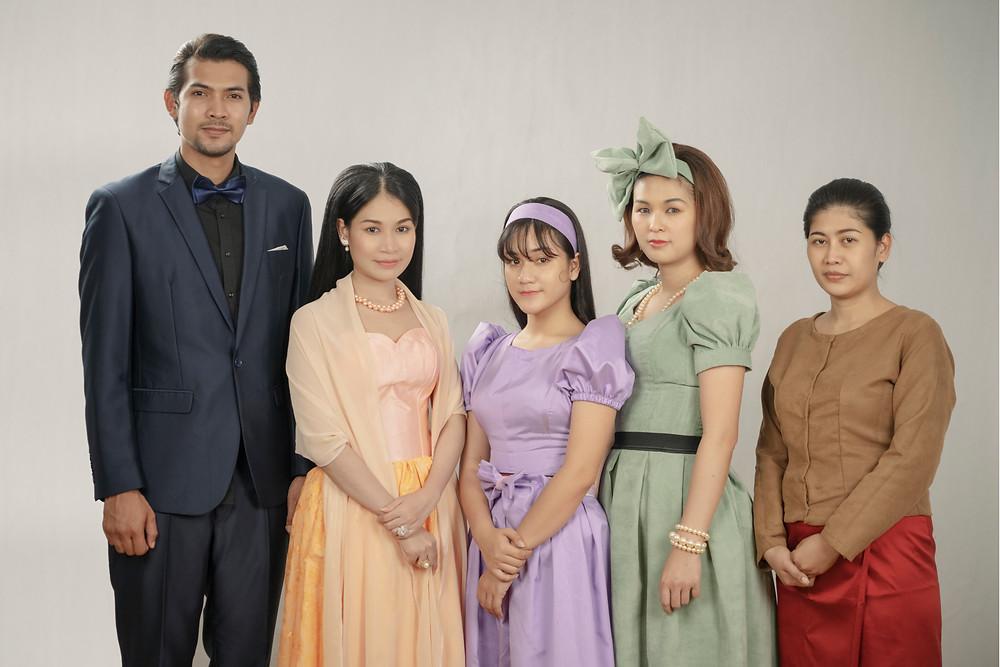 Les protagonistes de Karma, le jeune couple et la famille