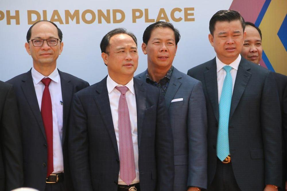 Cérémonie d'inauguration d'un nouveau supermarché avec Oknha Kith Meng, président de la Chambre de commerce du Cambodge (2e à droite)