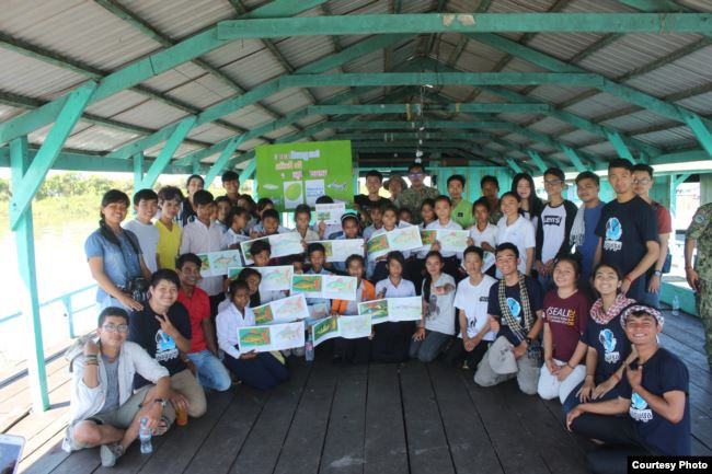 Young Eco Ambassador a organisé une session de formation avec 20 écoliers dans le cadre de leur voyage d'étude sur le terrain dans les provinces de Pursat et de Kampong Chhnang en juillet 2018.