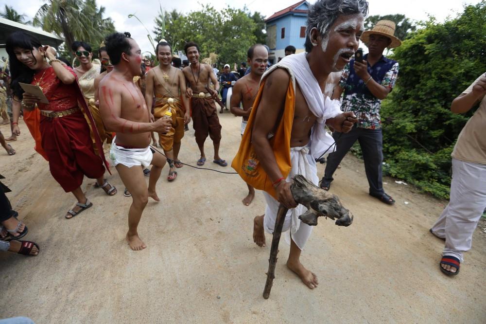Lok Ta Pring Ka-ek pour chasser les mauvais esprits et invoquer la pluie