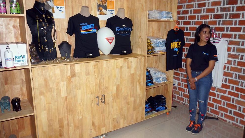 La boutique d'APOPO accueille une gamme de ''produits HeroRAT'' ainsi que des articles produits localement à Siem Reap